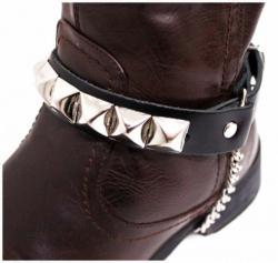 Schwarze Stiefelbänder mit Pyramidennieten