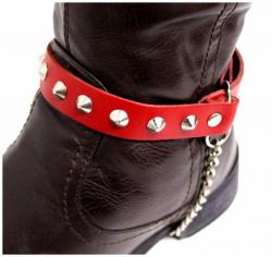 Rote Stiefelbänder mit Spitznieten